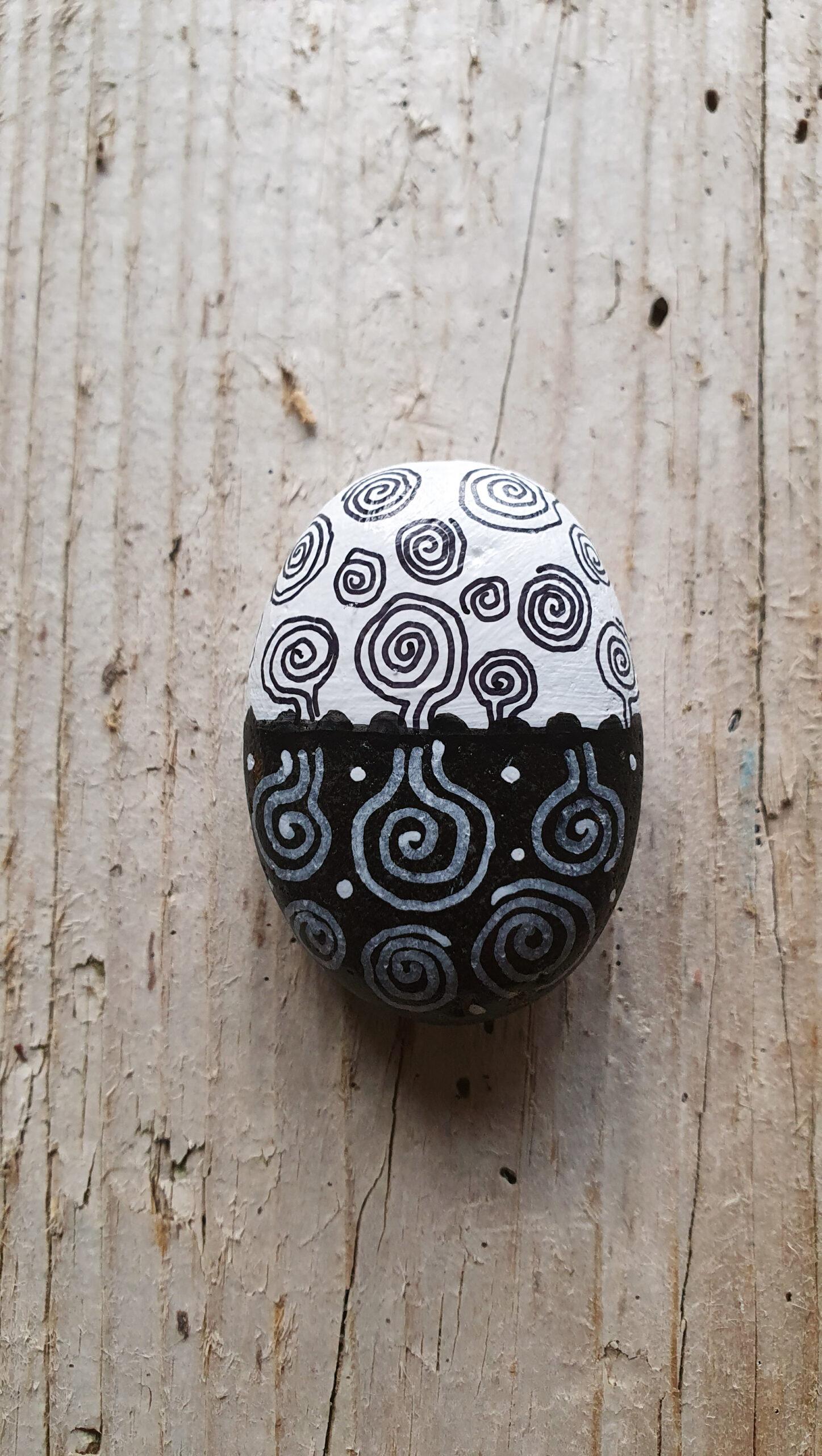 Strandkiesel mit Ornamenten, stone design by Calla Hueppe, Claudie Hamburg, Gezeiten-Hölzer
