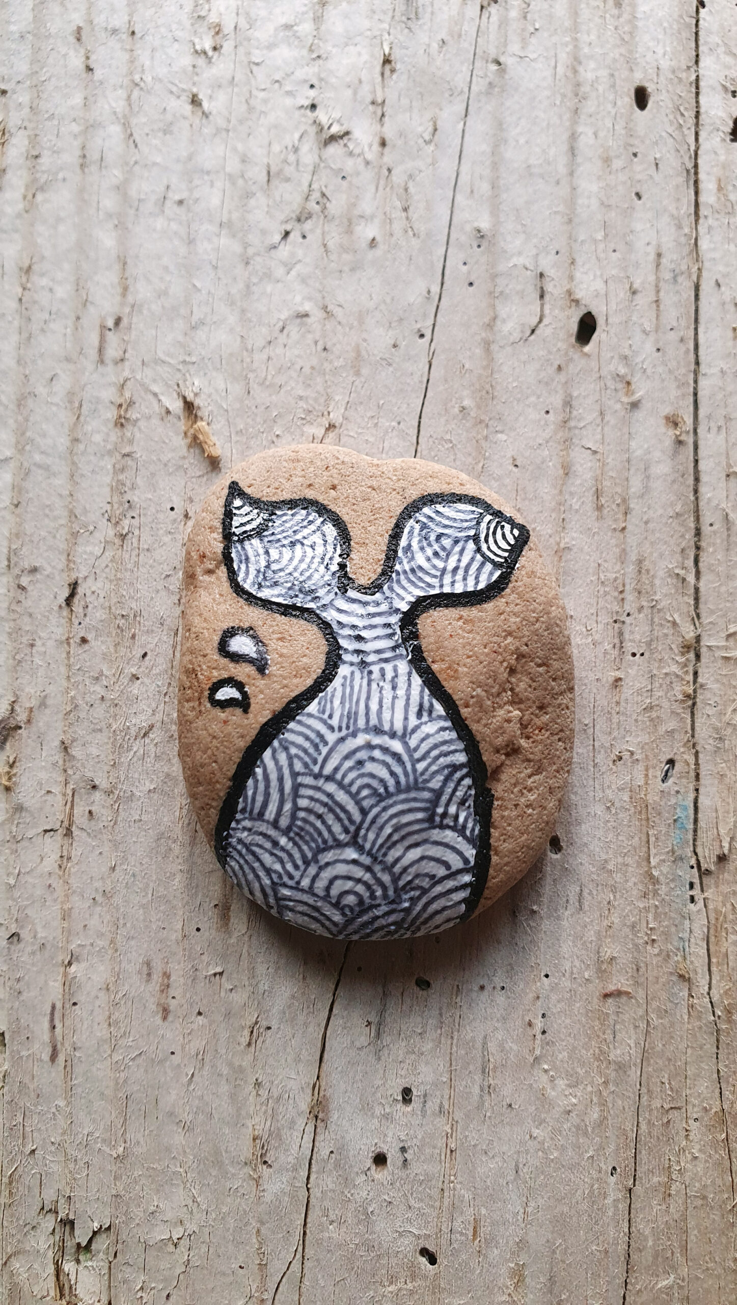 Sedimentstein mit Fischflosse, stone design by Calla Hueppe, Claudie Hamburg, Gezeiten-Hölzer