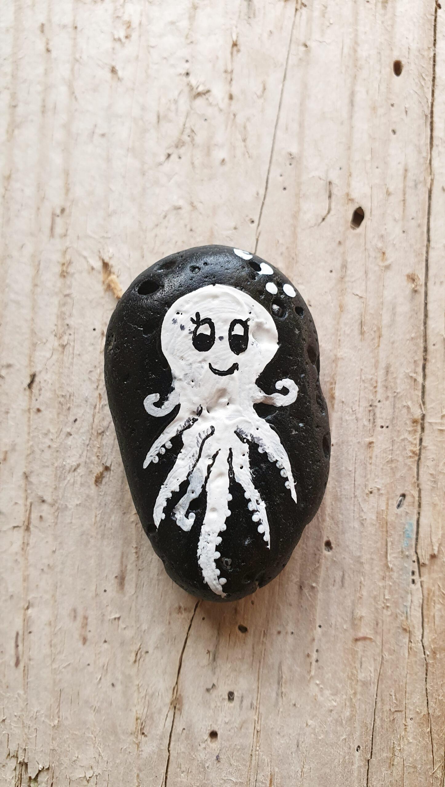 Pulpo auf Strandkiesel, stone design by Calla Hueppe, Claudie Hamburg, Gezeiten-Hölzer