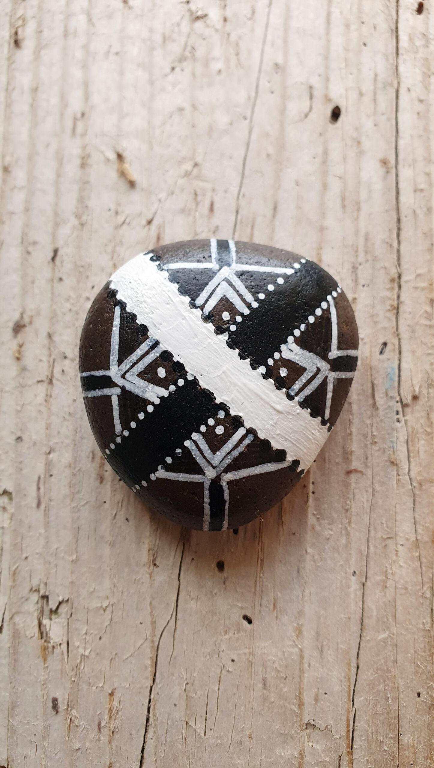 Flusskiesel mit grafischem Muster, stone design by Calla Hueppe, Claudie Hamburg, Gezeiten-Hölzer